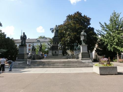 通りの先を右に曲がりルターリンク通りに出るとルター・デンクマール/ルター記念碑があります。