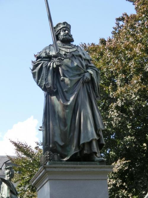 ザクセン選帝侯フリートリヒ・デア・ヴァイゼ/フリートリヒ賢公。<br />ルターの庇護者。アイゼナハのヴァルトブルク城にルターをかくまい新約聖書のドイツ語訳を完成させた。カール5世やローマ教皇も諸般の政治情勢から賢公には手を出せなかったようです。1463〜1525年。<br /><br />賢公の死後も後を継いだザクセン公はルターの庇護を続けました。代々のザクセン公がなくばルターはその命を全うすることなく、おそらく宗教改革運動も挫折していたでしょう。すると宗教改革最大の功労者はザクセン公ということになるかも。