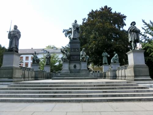 マルチン・ルターはじめ宗教改革運動の推進者の像が立ち並んでいます。<br />1868年。