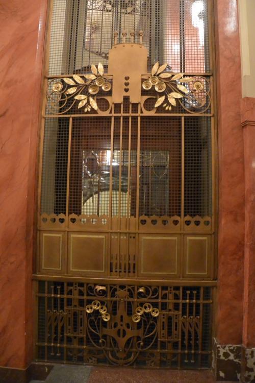 中に入りまして、1階のエレベーター。<br />とってもレトロな草花モチーフ。