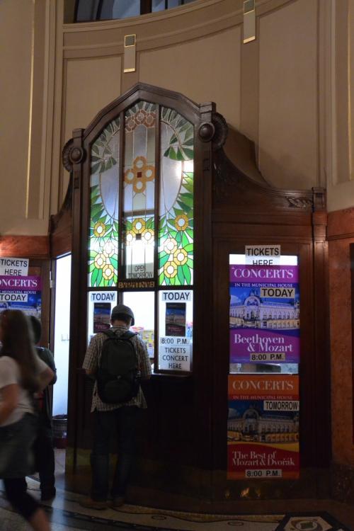 チケット売り場のステンドグラス。