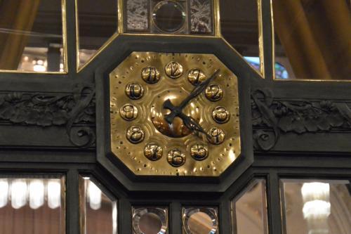 2階のスメタナホールの入り口にある、時計。<br /><br />文字盤の数字も、ユニークです。