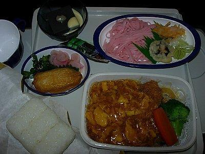 機内食・ピンク色の素麺