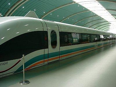 上海浦東国際空港と上海市内を結ぶ高速鉄道は、Magnetic Levitation Train、略してMaglevと言います。運賃は航空券(搭乗券)を見せると割引してくれます。車内では速度が表示され、最高は時速431kmでした。