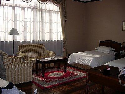 古いけど設備は十分。ホテルは航空会社のサイトから申し込んで、若干のマイルがつく浦江飯店。デラックス・ツインが3泊で、34,200円。