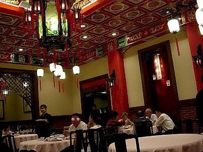 梅龍鎮酒家<br /><br />夕食は梅龍鎮酒家(上海風四川料理))、各国の首相・大統領クラスの方が訪れる店。場所は梅龍鎮伊勢丹の向かいで、道路から少し引っ込んだ所にあります。