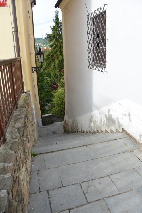 水色の窓枠の家を通り過ぎると、左手に川へ下っていくちょっとした階段。<br /><br />思わずちょこっと寄り道。