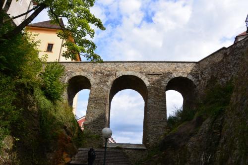 川へ降りて振り返ると、<br />小さな石の陸橋と、抜けるような青空。