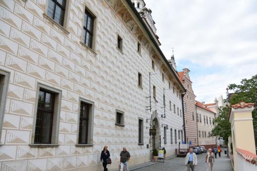 地域博物館の向かいの建物は、<br />中庭がちょっとした民芸品市場になっています。<br /><br />同じ壁の模様を、後でお城の方でも見ることになります。