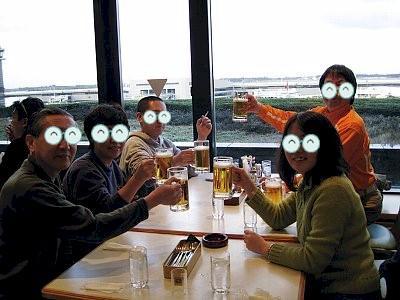 行く前から飲んでます。チェックインを終えてから遅い昼食で、生ビールを2杯半飲みました。飛行機の中では酒も飲まずぐっすり寝る筈? 今日の乗務員さんは少し楽? 知ーらない!(^^ゞ