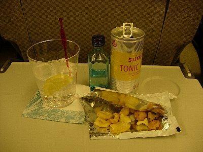 ジントニック、半分ずつ入れて2杯飲みます (^^ゞ<br /><br />今回はハワイ島2泊、ホノルル2泊のコースです。両方で1日ずつフリーの日があるので、その日は別行動をして朝晩の食事だけ一緒にしました。