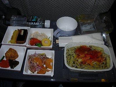 機内食、ペンネ(マカロニみたいなパスタ)<br /><br />私は初めてのハワイ島上陸でとても楽しみ♪