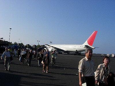コナ空港はてくてく歩きます<br /><br />ハワイ島のコナ空港着陸は午前11時15分。ホテルに入れるのは2時過ぎなので、それまでの時間を利用して希望者には旅行会社が簡単な観光旅行を用意してくれます。