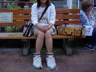 フォレスト・ガンプの靴とカバン<br /><br />椅子に、I'm Forrest, Forrest Gump. People call me Forrest Gump.と書いてあります。<br />映画の出だしでしたっけ?