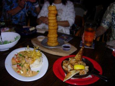 Onion Ring(上)Cajun Shrimp(右)Bourbon Mahi Mahi(左)<br />Cajun Shrimpは美味しかったのでお代わりをしました。(^^ゞ