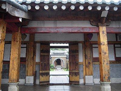 ヨン・ガリョ邸の門
