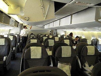 ビジネスクラス<br /><br />トリプル・セブン(B-777)の座席は、ビジネスが横7席(2-3-2)、プレミアム・エコノミーが8席(2-4-2)、エコノミーが9席(3-3-3)です。