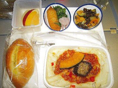 軽食、稲荷寿司とペンネのグラタン