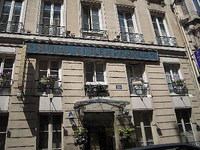 プチホテル、ホテル・イル・ド・フランス・オペラ<br /><br />泊まったのはルイ14世の愛人の邸宅だった建物で、1フロアを3つにくぎり、当時はなかったバスルームをはめ込んであるので部屋そのものは狭いです。しかし空港からリムジンバスでオペラへ、その後徒歩10分というロケーションは便利で、気軽に荷物を預かってくれるなどスタッフもとても親切でした。