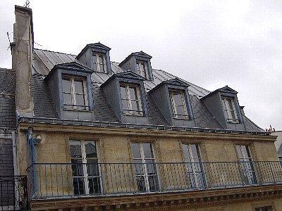 向かいのビル<br /><br />ホテルの部屋から撮りました。ここはイギリスではないけれど一番上の窓は「小公女」のセーラとベッキーの部屋が想像されます。