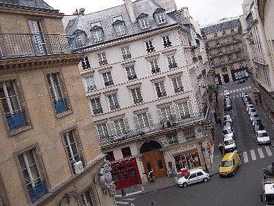 昼間の風景<br /><br />パリは駐車場が少ないので道路を駐車場としています。