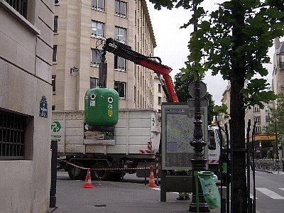 資源ごみ回収<br /><br />通りに資源ごみ回収箱が置いてあって、回収車は巨大な磁石でごみ箱をつり上げ底の蓋を開けて荷台にごみを落とします。