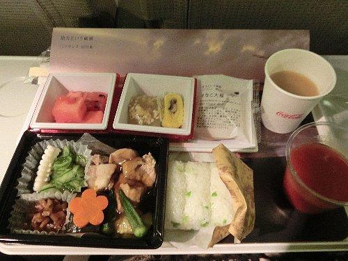 和食<br /><br />日本航空の羽田発パリ便の食事は、出発直後は深夜なので軽食(野沢菜のおやき)、夜中に起きている人だけ間食(蒸しパン)、到着前に朝食で和食(枝豆ご飯とおかず)と洋食(BLTサンドイッチとスープのマッシュポテト添え)から選びます。