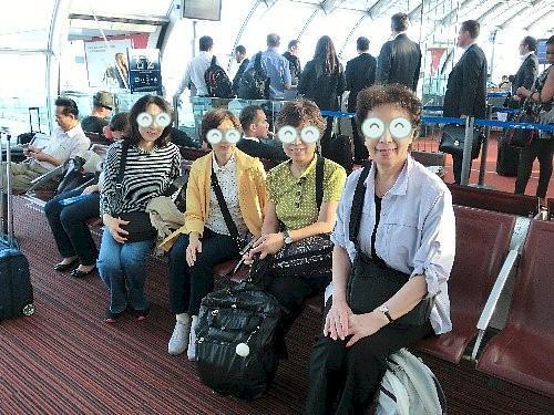 パリの空港で乗り換え、50代と60代の4人です。