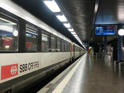 ジュネーブ空港駅<br /><br />空港の地下から、ジュネーブ駅止まりの電車とその先へ行く電車が1本おきに出ていて、宿泊地のニヨンまで20分程で行けたのは便利でした。ニヨンの先はローザンヌ、あの若手バレーダンサーのコンクールがあるローザンヌです。何も大都会のジュネーブに泊まらずとも、ニヨンかローザンヌへ行くことをお勧めします。