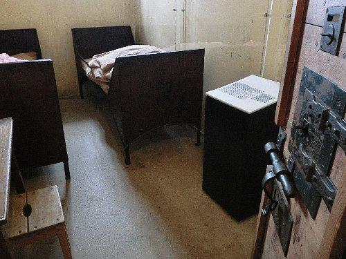 上階にある牢獄は湖に面している