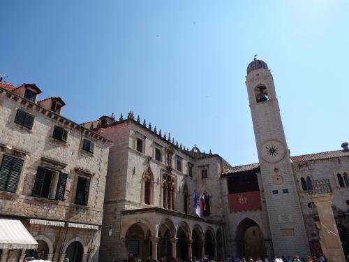 プラツァ通りを旧港の方向へ進むと、スポンザ宮殿や聖ヴラホ教会などに囲まれているルジャ広場に着きます