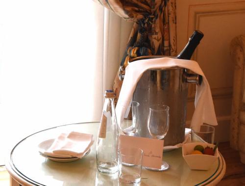 部屋に帰って、歓迎の印と置いてあったイタリア産スパークリングワインの栓を開けた。プロセッコで、変なスパークリング特有の苦みはまったくなく、上質な部類のシャンパンと区別できないものだった。ボトルが半分ほどになったとき腰を上げた。ディナーの時間、7時半が迫っている。<br /><br />