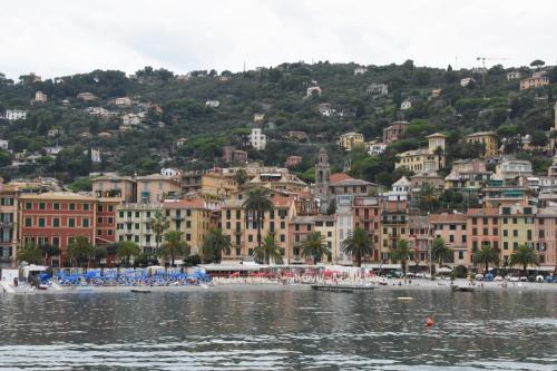 サンタマルゲリータの海岸はポルトフィーノより広い。海水浴場もある。ここを1時間散策して、またポルトフィーノ行の船に乗った。往復9ユーロである。