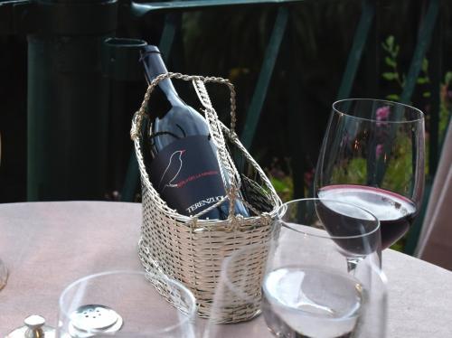 ワインは,それほど高くないMerla della Minieraにした。イタリアらしい太陽の味のするワインで気に入った。西の空がほのかに色づいてくる。<br />
