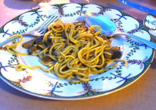 パスタは季節のキノコ、ポルチーニ入り。