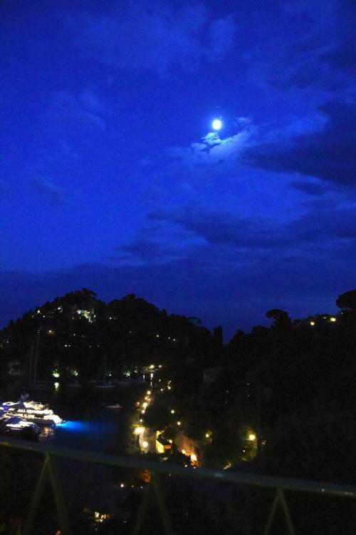 日が沈み、キャンドルのあかりがロマンティックだ。月も出てきた。極上の時が流れていく。