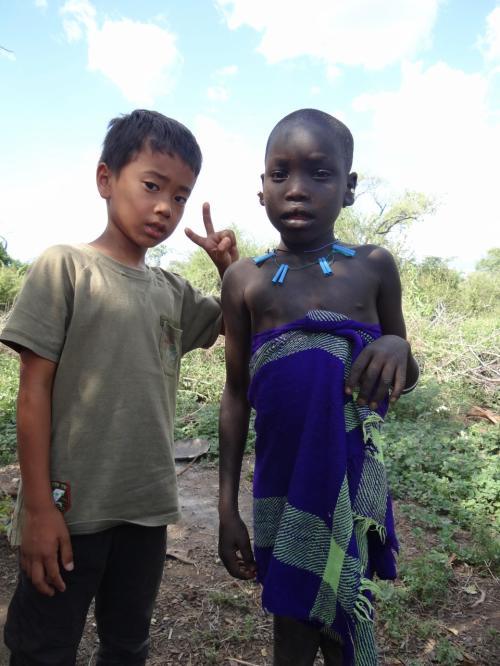 ムルシ族の子供と日本の子供。