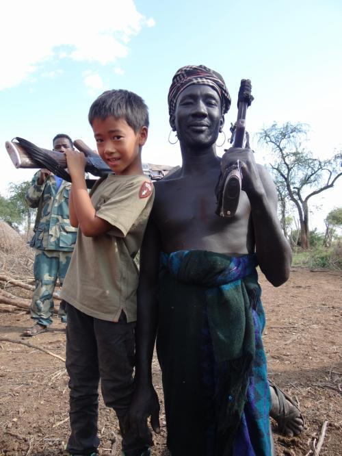 部族間闘争で使用するとかしないとか。子供に銃を持たせてポーズ取らせましたが、少し後悔。