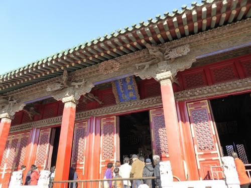 入って正面の崇政殿です。
