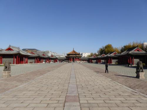 大政殿と十王亭です。<br />瀋陽故宮では一番大きい広場です。