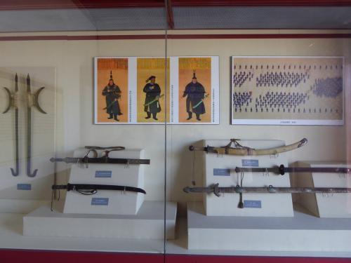 十王亭の中には写真のような、当時の武器などが各々展示されています。