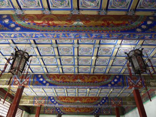 故宮全体が小さく、結構古いので、傷みが激しいところも多いのですが、天井まできれいに絵がある建物は、1か所ぐらいでしょうか。