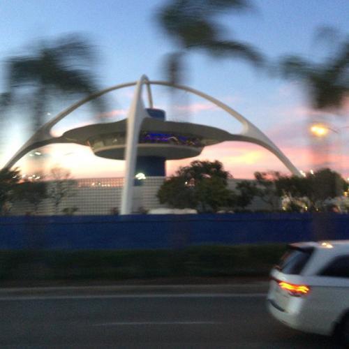 [10月3日 : 日本からロサンゼルスへ]<br /><br />NGO出発は10月3日21時ごろ、HND経由でLAXに着いたのが10月3日18時ごろ。大移動したのに時間がさかのぼっているという時差マジック。<br />写真はLAX空港の管制塔。この景色でロサンゼルスに来たのを実感。<br />この日はLAX空港近くのホテルでトランジット。