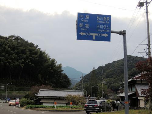 結局、車を走らせてもわからず、地元の方に、<br />「イノシシはどこですか?」<br />と尋ねた。すると、この県道をずっとまっすぐ行くと、T字路になっているので、その左側だと教えてくれた。その通りに車を走らせてみると・・・・・・。かなり走ったところにT字路があった!