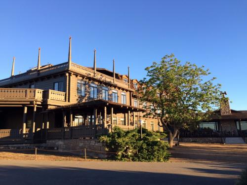 写真は宿泊したEl Tovar。1903年に建てられた伝統のあるホテル。このホテルのすぐ目の前にグランドキャニオンが広がっている。ここの庭で景色を眺めながらお茶したり、近くを歩いたりして本日終了。