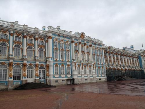 「エカテリーナ宮殿」と言っているが、実はここら辺の土地は「ツァールスコエ・ セロー(Царское Село)」と言って、皇族の夏の住まいと使用 されてきた場所。ツァールスコエ・セローはその後、ロシアの有名な詩人 プーシキンの没後100周年を記念して「プーシキン」と改名された。なので、 現地ツアーを探す時は「プーシキン(пушкин) 」とアピールしても 分かってもらえるし、この「пушкин」の文字を探しても目的に たどり着ける。 <br /><br />このツァールスコエ・セローでもっとも有名なのが「エカテリーナ宮殿」で、 その中にある「琥珀の間」が公開されるようになってから、爆発的な人気となり、 夏の間はツアー客でごった返すようになったらしい。 <br />