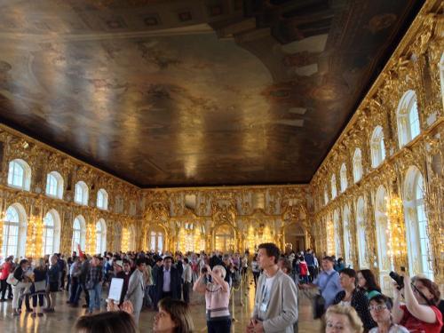 大抵のガイド本に載っているエカテリーナー宮殿内の各部屋の写真は、 観光客がいない時に撮影されているものなので、とてもいい感じに写っている。 しかし実際には観光客があふれんばかりに居るので、若干うんざりしてしまう。 特に中国人多し。ガイド本に載っている観光名所の写真は、基本信用しては いけない。