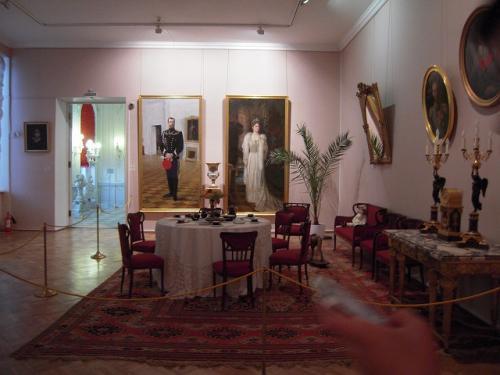 エカテリーナ宮殿は金ピカの間以外にも、いろいろな絵画(特に肖像画が多い)や、 家具・食器類、そして壁画などが展示されている。 <br />