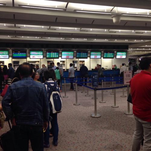 日本を出るときスーツケースを預けたなら、航空会社から受け取った手荷物タグをフェリーカウンターの係員に渡して、フェリーのチェックイン手続きをします。フェリー会社発行の手荷物タグが渡されます。<br /><br />荷物は入国審査の向こう側の香港に降ろされてるので、この航空会社の手荷物タグと引き換えに、自分の代わりにフェリー係員が香港側に荷物を取りに行ってくれてフェリーに積み込んでくれる仕組みです。