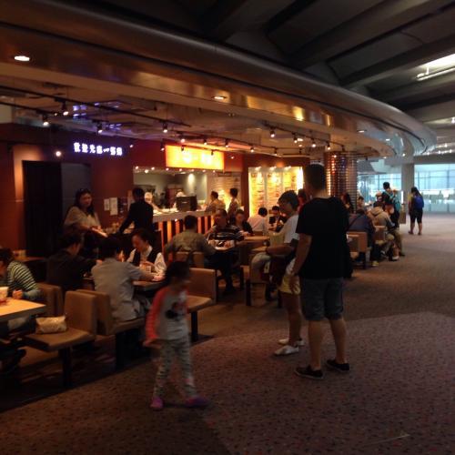 ちなみに、香港空港に到着してフェリーに乗るまで、食べるところと言ったらここくらいでしょうか。フェリーカウンター付近に数店舗食べるところがあります。<br />お粥屋さんとコーヒーショップくらいかな。<br />香港空港の到着エリアにいるので、出発エリアにはいけません。プライオリティパス使ってラウンジに行くこともできません。